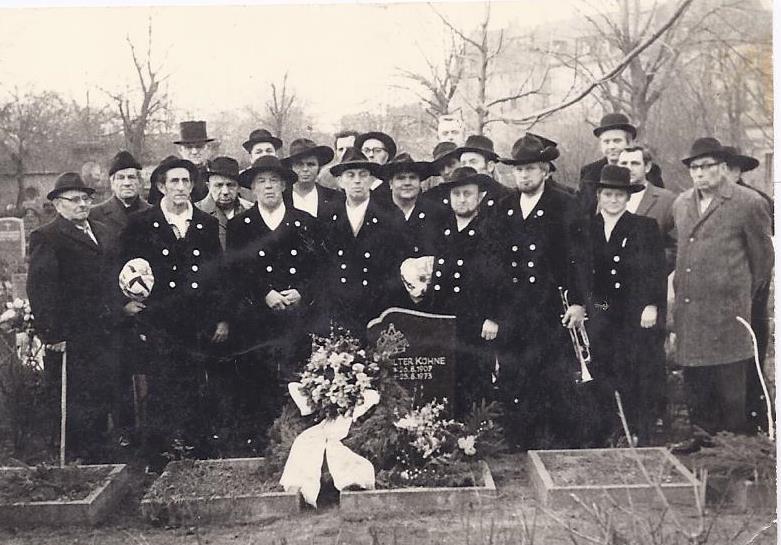 1973 – Gesellen am Grab von Kam. Kühne Walter